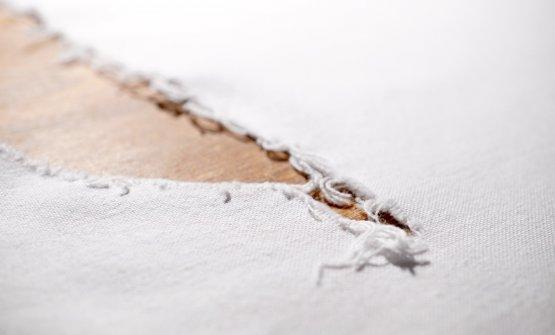 La tovaglia strappata sui tavoli de Il Tiglio. Ricorda le fratture della terra (e dell'anima),in queste zone duramente colpite dal terremoto