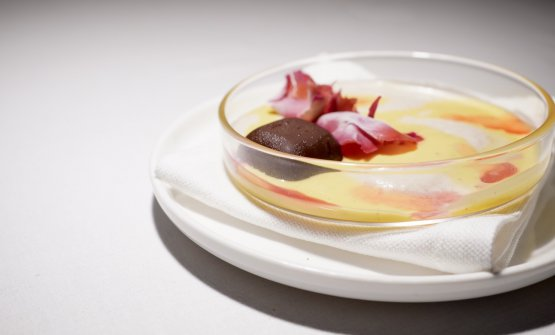 Crema inglese alla vaniglia, crema di porcini, petali di papavero all'alkermes di Santa Maria Novella, cioccolatino al sangue di maiale