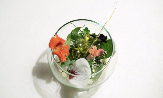 L'uovo extravergine di oliva e la montagna. Ormai un classico di Gilmozzi, con 18 tipi di erbe e fiori, una mousse di latte e olio, gelato di crescione, gelato alle sarde e sale dolomitico