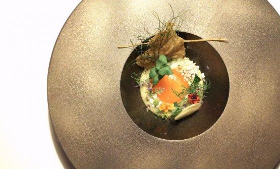 L'uovo rosso di montagna (lo chef fa nutrire le galline con vegetali specifici, ricchi di carotenoidi). Il piatto, buonissimo, prevede crema di patate rosse e porri, cialde di polenta, pane al fieno, erbe e fiori
