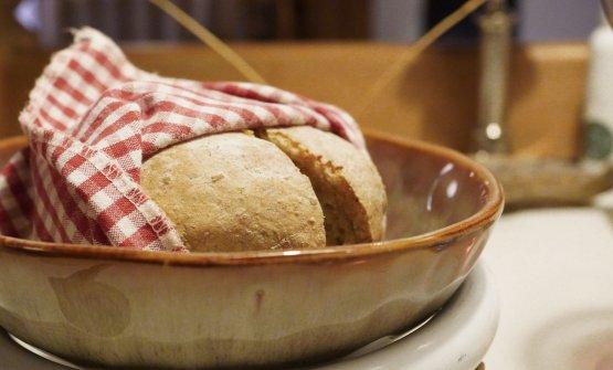 Il pane del viaggio, con origano di montagna. Viene accompagnato con del burro di malga montato al momento e un assaggio di caprino di Cavalese affinato in fossa