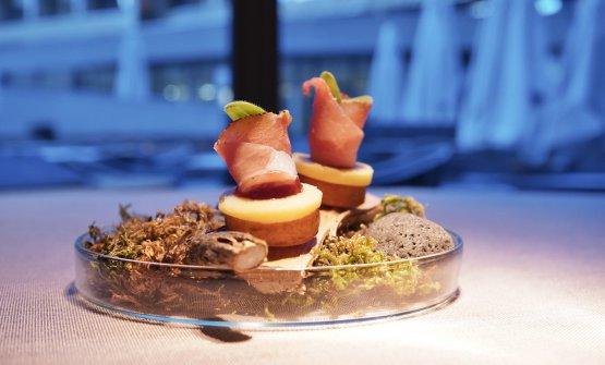 Crocchetta di patata, anello di formaggio di malga, marmellata di mirtillo rosso selvatico, speck del maso e germogli di crescione