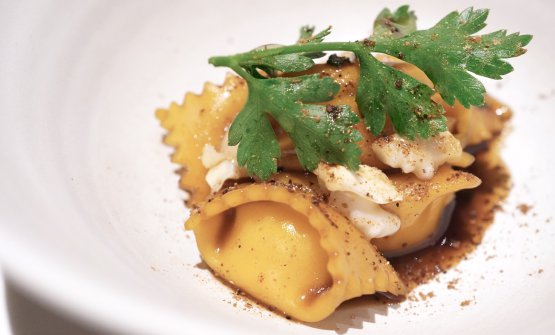 Ravioli with bagoss, onion and chicory coffee. A perfect dish, tasty, fully deserving three stars. It's seasoned with oil aromatised with walnuts, peeled nuts and powdered Sarcodon mushrooms