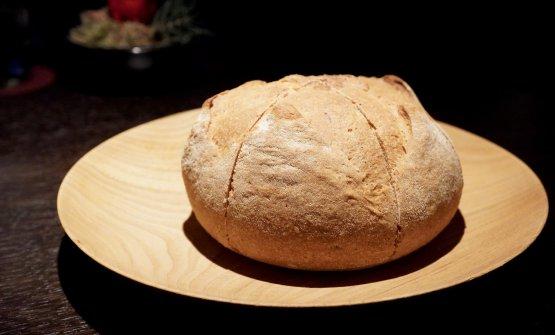 Il pane è realizzato con farina Macino da vinacce di Ribolla Gialla, un'idea brevettata dallo chef Roberto Franzin. Poi pane carasau, burro bretone con sale Maldon, olio evo di Tonda Iblea 100% Greta Sofia. Eccellente
