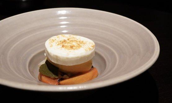 Pesche saltate, sorbetto di passion fruit, foglie di cappero,marshmallow bruciato al cannello