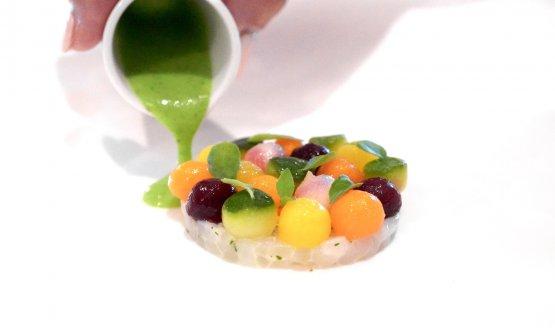 Calamari come in natura, verdure cotte in brodo ristretto di pesci bianchi e salsa agra al mortaio. Le verdure sono zucchina, barbabietola, carota, la salsa a base di alga e uovo