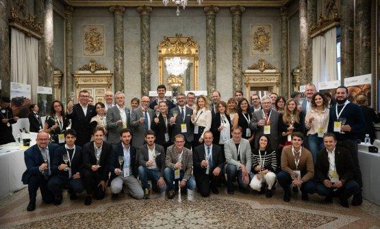 Foto di gruppo dei produttori all'apertura del