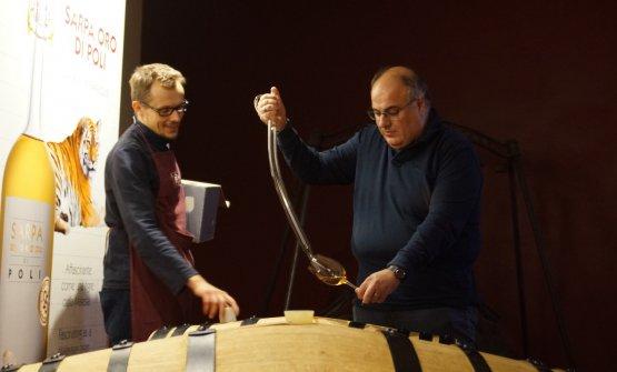 Assieme ai tecnici della Poli, l'assaggio delle grappe in fase di affinamento in cantina