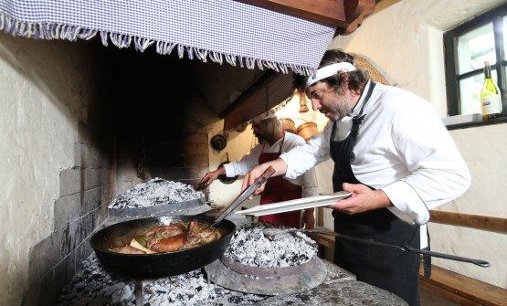 Aleks impegnato ai fornelli più antichi (ne ha anche di moderni)