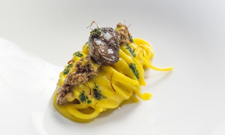 Lo Spaghetto Milano, piatto simbolo di identità Expo: la pasta Felicetti viene condita con una crema ottenuta frullando un risotto alla milanese, poi con un ragù di ossobuco e infine con il suo midollo intero