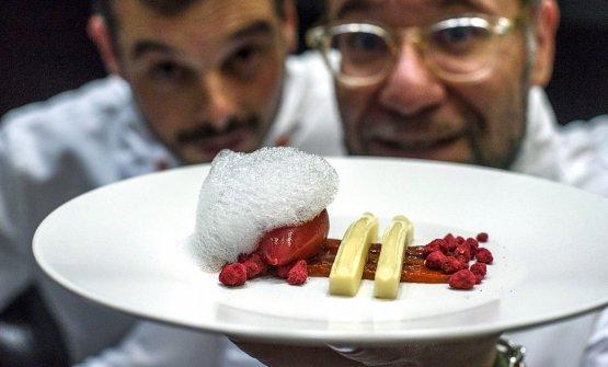UnaCheesecake di capra con lampone, peperoncino e zenzero, dolce diJordi Butron, quello con gli occhiali (foto Marta Bacardit per Tast a la Rambla)