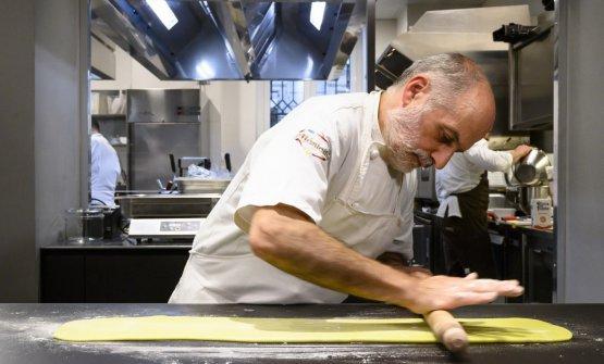 Corrado Assenza mentre prepara la sua cassata, piatto simbolo di Identità Milano 2020