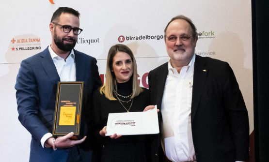 PremioLA MIGLIOR SOMMELIER, offerto daVeuve Clicquot - Carlo Boschi, Senior Brand Manager  ROBERTA COZZETTO-SÀPÌO - CATANIA