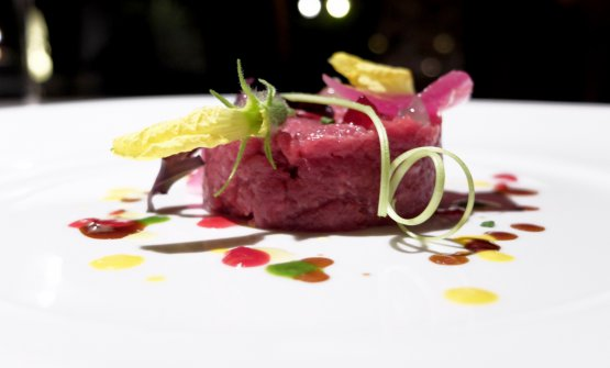 Tartare di cavallo battuta al coltello, salsa di cipolle dolci e ciliegie