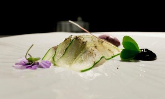 Ricciola hamachi, crema di aglio nero, gelato di olive nere di Gaeta, cetriolo