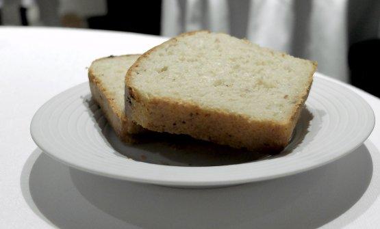 """Arriva del """"pan brioche"""" (in realtà una crescenta coi ciccoli) e del burro francese salato"""