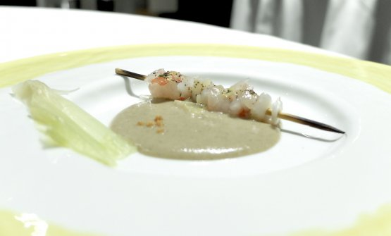 Grigliata di pesce. Delizioso: uno spiedino di gambero viola e calamaro crudi, con polvere di limone bruciato, è accompagnato da una
