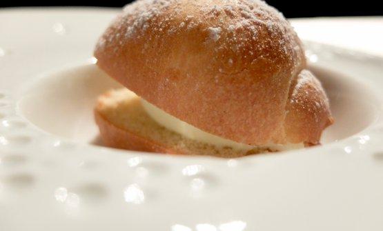 Prima del dessert cioccolatoso del quale vi abbiamo parlato prima, l'altro dessert è un Pan brioche con gelato di extravergine dalla cultivar marchigiana Mignola. Con la parte salata avevamo invece assaggiato l'ottimo olio La Valle dell'Usignolo, monocultivar Itrana, prodotto nella vicina Sermoneta