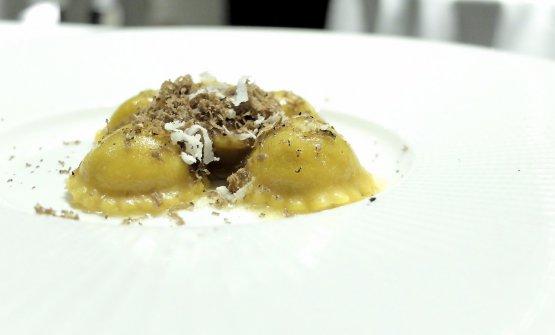 Sarà banale, a Bologna. Ma nei nostri assaggi Poggi il top lo dà coi primi piatti. Qui dei magnifici Tortelli al castrato, burro nocciola, radice di rafano e tartufo