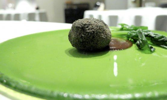 Idea di un filetto alla Rossini: topinambur ripassato nella sua buccia arrostita, tartufi, salsa di fegatini (con un poco di foie gras) e spinaci