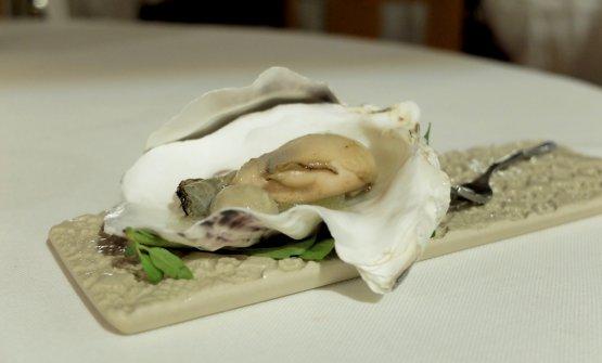 L'ostrica si dà le ariedi brace, grandissimo piatto. La perla è fatta con acqua di ostrica sferificata, poi mela in osmosi di acqua affumicata