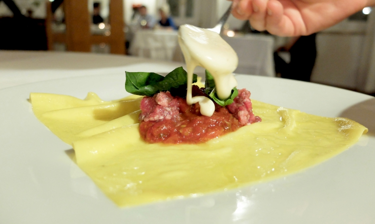 Il vincisgrasso viene composto al tavolo: il ripieno è di battuta di scottona marchigiana, pomodoro, frattaglie di pollo e besciamella
