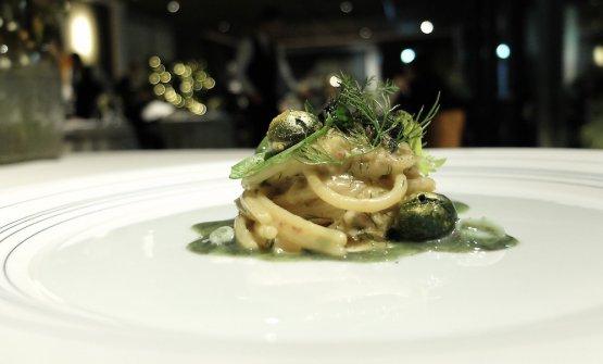 Spaghettone trafilato in bronzo all'anguilla affumicata, more, calamaretti spillo all'alloro e nero di seppia, polpette dorate di prezzemolo e anguilla