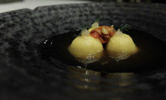 ...e Ravioli di arachidi toscane con ricci di mare, limone arrostito e ristretto di pollo ruspante