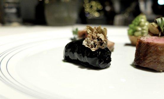Come contorno, un fagottino di cavolo nero concastagne, olive e fiore di cappero fritto