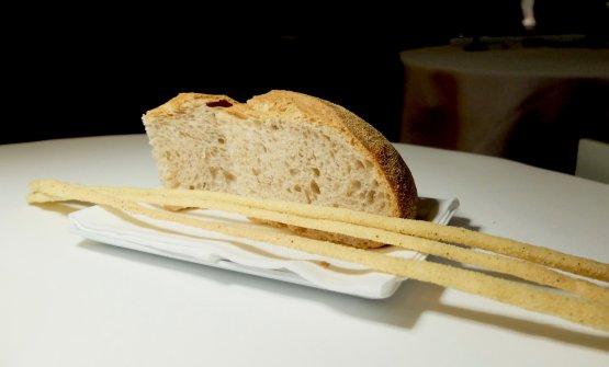 Arriva il cestino del pane, da lievito madre e farina di grani antichi siciliani. Eccellente come l'olio in accompagnamento,quello di Gianni Giacani, a Jesi, monocultivar Raggia. I grissini sono aromatizzati con alga nori