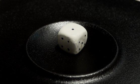 Azzardo: dado di cioccolato bianco ripieno di mandarino e lampone