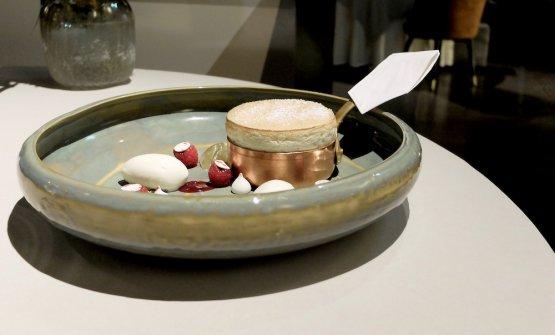 Anche la pasticceria dell'Enrico Bartoilini al Mudec è enormemente cresciuta. Qui Soufflé al limone, gelato allo yogurt, lamponi, meringa e gel di rosa