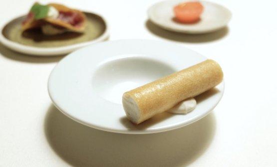 Cannolo con spuma di cavolfiore alla vaniglia, maionese di latte di soia e nocciole