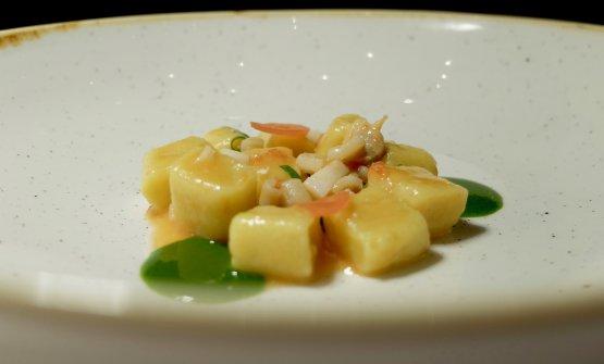 Gnocchetti di patate con frutti di mare in bianco, salsa alle erbe di campo e petali di ravanello fermentato (è lo sviluppo di un piatto nato nel 2003)