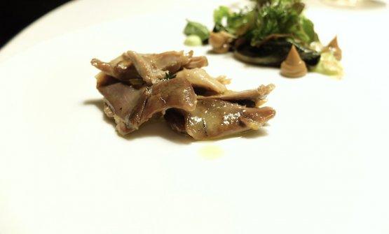 Tonno di Saluzzo, ossia una gallina bianca di Saluzzo cucinata come fosse un tonno di coniglio, piatto tipico piemontese. Con misticanza di verdure cotte e crude, maionese di aneto, maionese di pollo, germogli