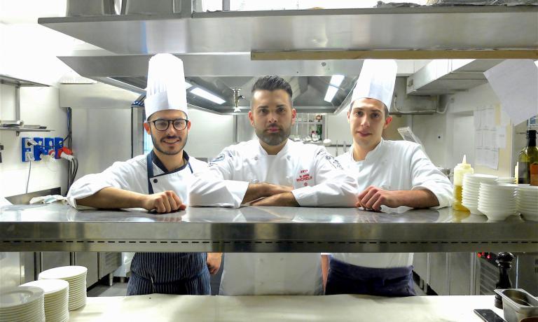 Cristopher Carraro con la sua brigata: è il resident chef del Casual di Bergamo, il ristorante di Enrico Bartolini appena illuminato da una stella Michelin. Ci siamo stati, e abbiamo rilevato che... (foto Tanio Liotta)