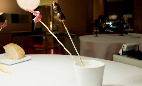 Una chicca assoluta: il filetto del piccione (aromatizzato con acciughe del Cantabrico) e il suo cuore, tenuto nel latte per 5 giorni e poi rosolato caramellizandolo con miele e soia