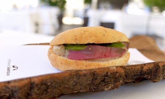 Il mare in un panino: sgombro affumicato al legno di ulivo, cipolla di Tropea e radicchietto