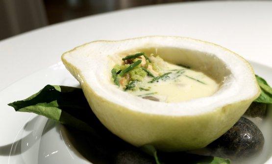 Il piatto è Cedro con insalata di molluschi, panko all'olio di prezzemolo, salicornia, pomelo. L'acqua dell'insalata di mare è abbinata al Martini, «la mia idea di Spagna in un piatto»