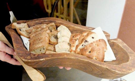 Il cestino del pane: bianco con scorza d'arancia, poi pere e noci, casereccio e focaccia ai mirtilli fermentati
