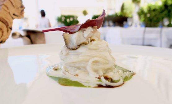 Spaghettino freddo alle ostriche, insalata liquida, riduzione di acerto balsamico