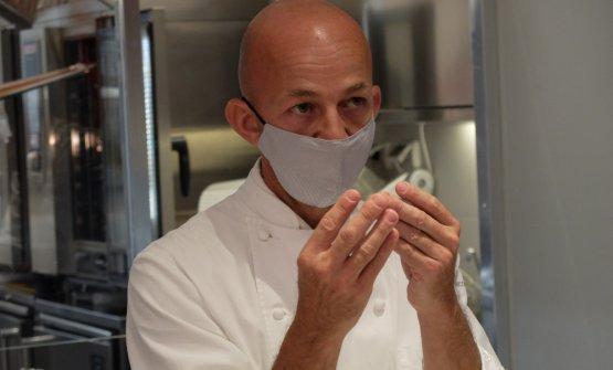 Riccardo Camaninial pass diIdentità Golose Milano, impegnato a raccontare i suoi piatti alle brigate di sala e cucina