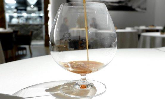 Il bicchiere splendidamente profumato di tartufo viene riempito con un brodo di funghi e lamelle di tartufo bianco, le mani spruzzate di whisky torbato. Un passaggio complesso del menu, che coinvolge tutti i sensi, molto affascinante