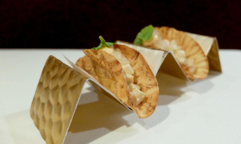 Mini tacos di sedano rapa fritti, chele di astice al vapore, maionese di crostacei, coriandolo, cetriolo, mela e kimchi