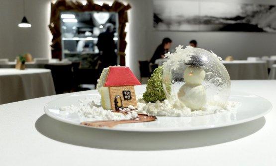 Boule de neige: sfera di zucchero, il pupazzo è di cioccolato bianco, la pralina alla nocciola e caffè, l'albero di gelato al pistacchio e tè Matcha, le strade e le case di cioccolato con vaniglia e crumble