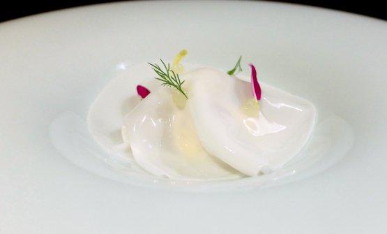 Veli di latte di mandorle e gel di yuzu, yuzu in crema, gelato alla camomilla, polline, meringhe, biscottini di mandorle. Il finale è fresco