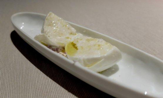 Mozzarella di bufala di Aversa, servita a 38°, con olio al fumo
