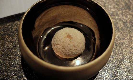 Foie gras e frutta secca, atto primo: mousse di foie gras, bigné alla nocciola, zucchero caramellato. Apreda concepisce un poker di assaggi che interseca il foie gras in varie consistenze, la frutta secca e i