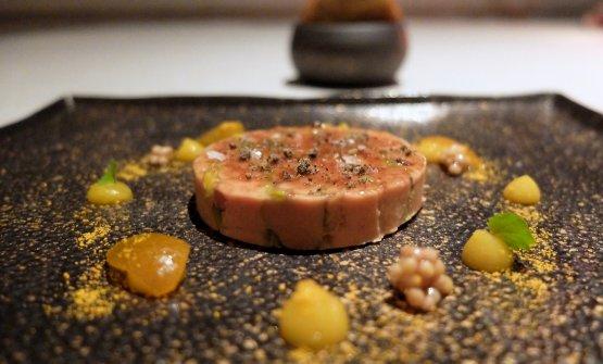 Foie gras e frutta secca, atto terzo: terrina di foie gras e pistacchio, semi di mostarda, kumquat, pane all'anice e caffè