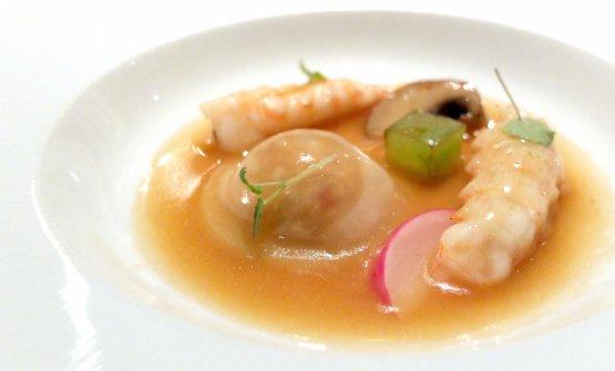 Raviolo di coniglio all'ischitana e scampi. Piatto di totale bontà, con shiitake e cetriolo, il raviolo è al vapore